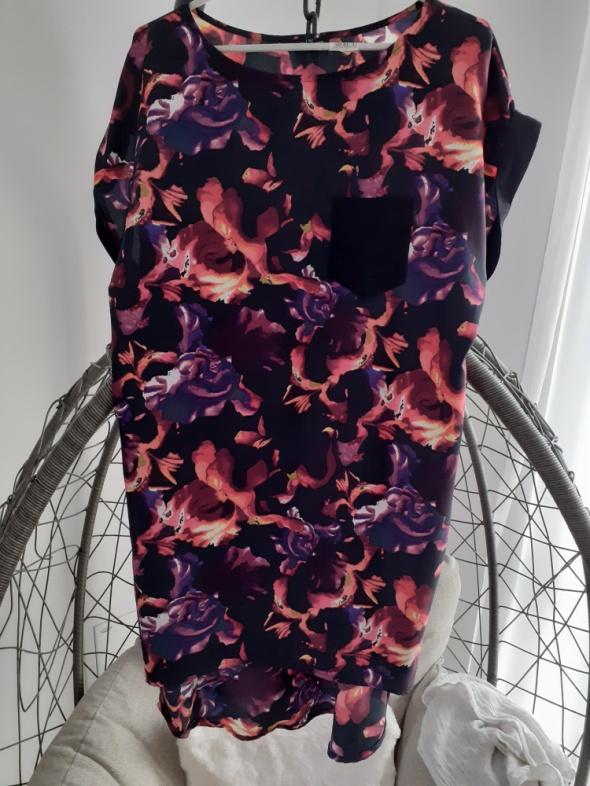 Wielobarwna luzna sukienka marki RiverIsland...