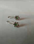 małe srebrne kolczyki kwiatki z zielonym oczkiem...
