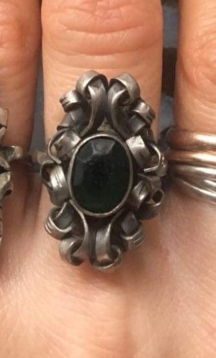 Stary srebrny pierścionek z kamieniem