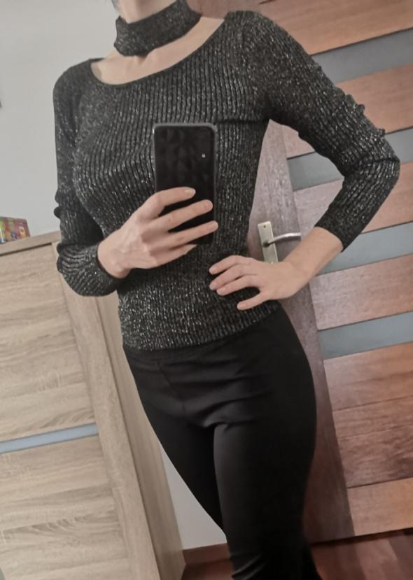 czarna bluzka sweter ze złotą nitką choker