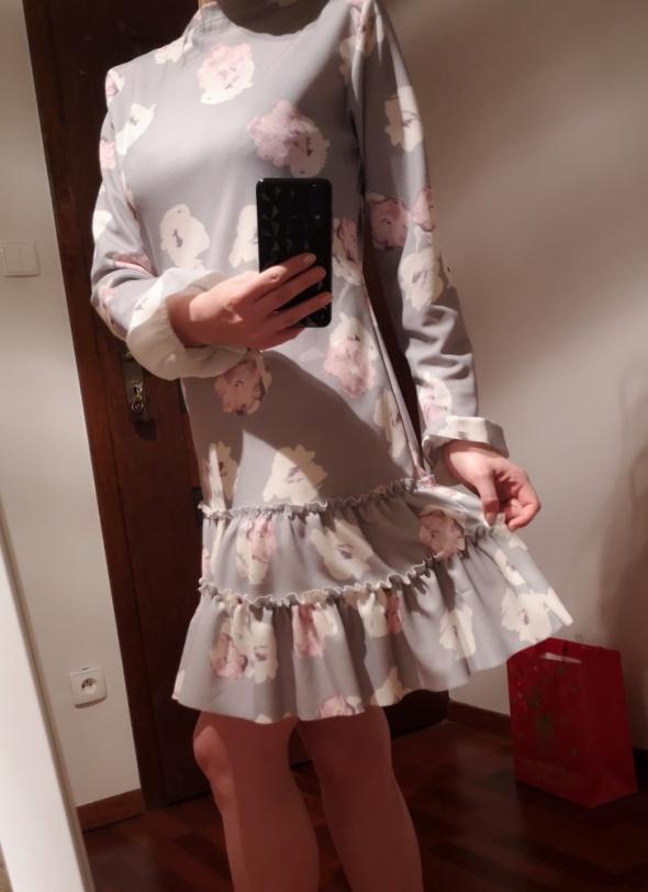 szara sukienka mini falbany