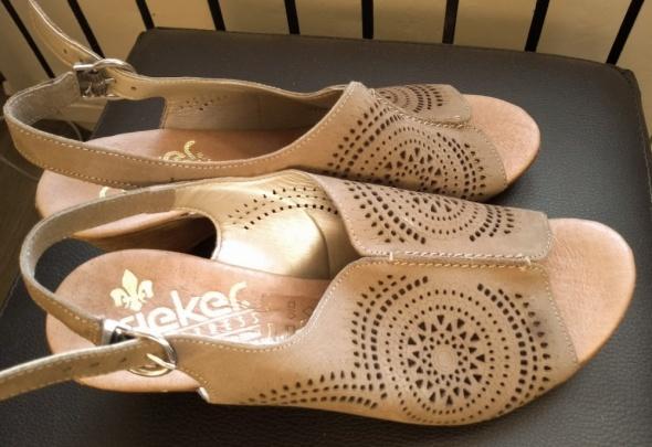 Ładne i wygodne sandały skórkowe na koturnie...
