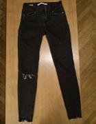 Spodnie czarne rurki z dziurą...