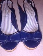 Sandały na koturnie lakierki