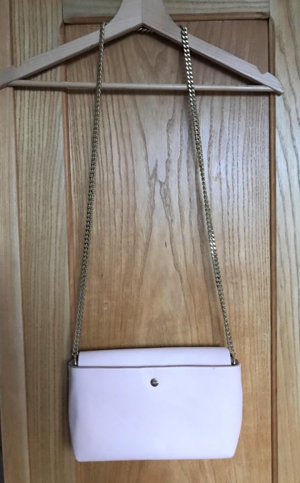Pudrowy róż torebka Zara mała złoty łańcuszek na ramię elegancka