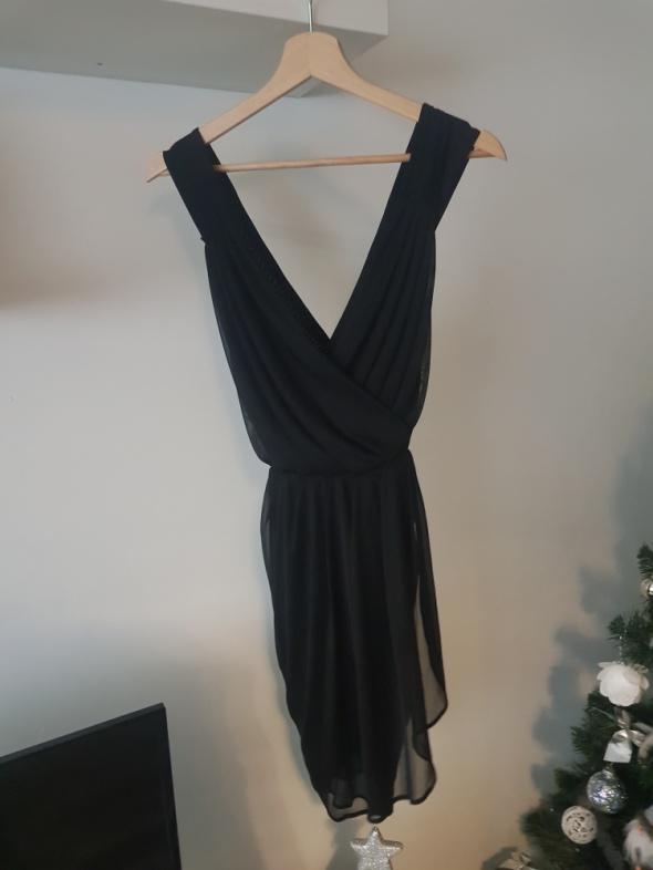 Luźna czarna sukienka...