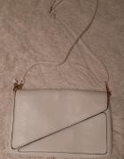 biała torebka kopertówka z paskiem...