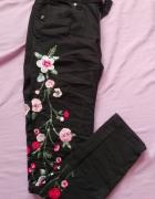 czarne spodnie z kwiatami...