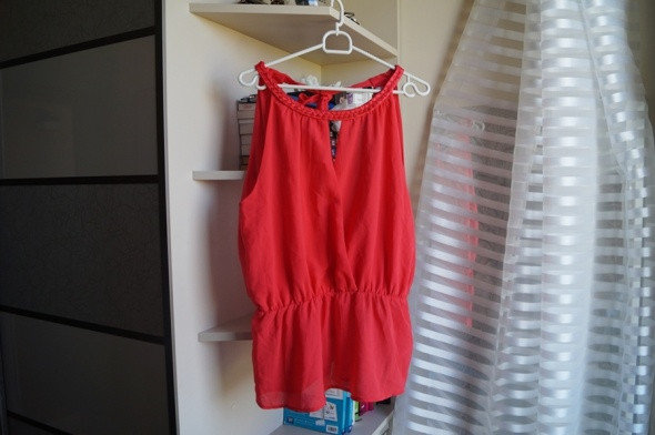 Czerwony top z baskinką i gołymi plecami L Amisu...