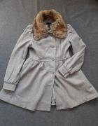 popielaty zimowy płaszcz z futrzanym kołnierzem