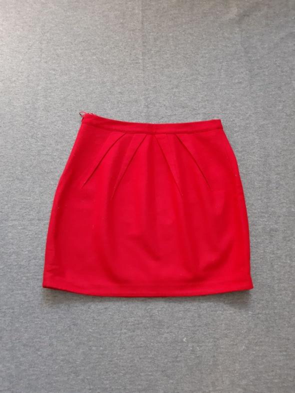 czerwona wełniana spódnica