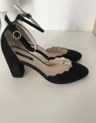 Buty na słupku Orsay 39 czarne wykończenie falbanka pasek na ko...