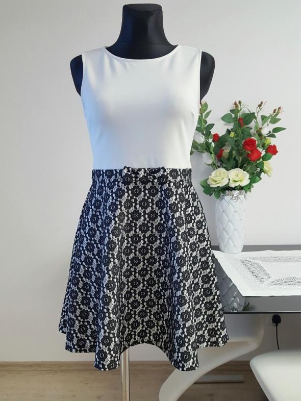 biało czarna sukienka z haftem Miss Selfridge