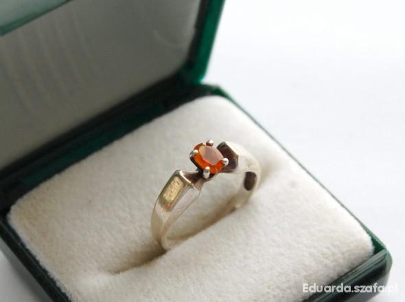Stary srebrny pierścionek z pomarańczowym oczkiem