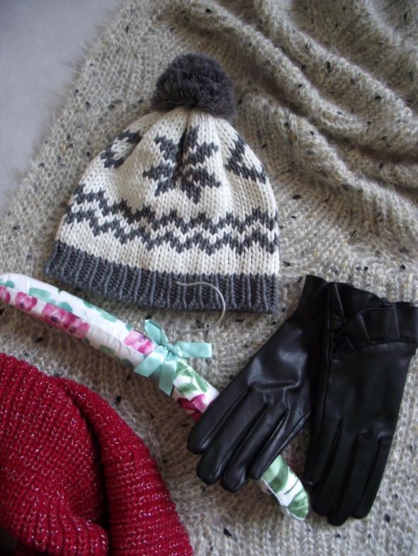 Damska zimowa czapka z pomponem zdobiona norweskim wzorem