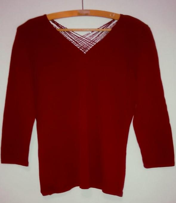 Czerwona bluzka z dekoltem z błyszczącymi nitkami