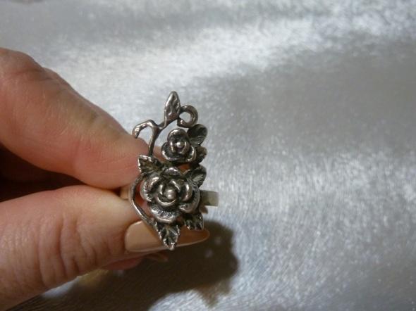 pierścionek różyczki...