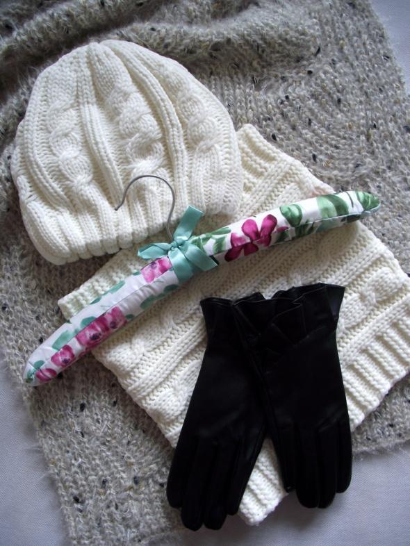 Nowy komplet damska zimowa czapka i komin w kolorze kremowym