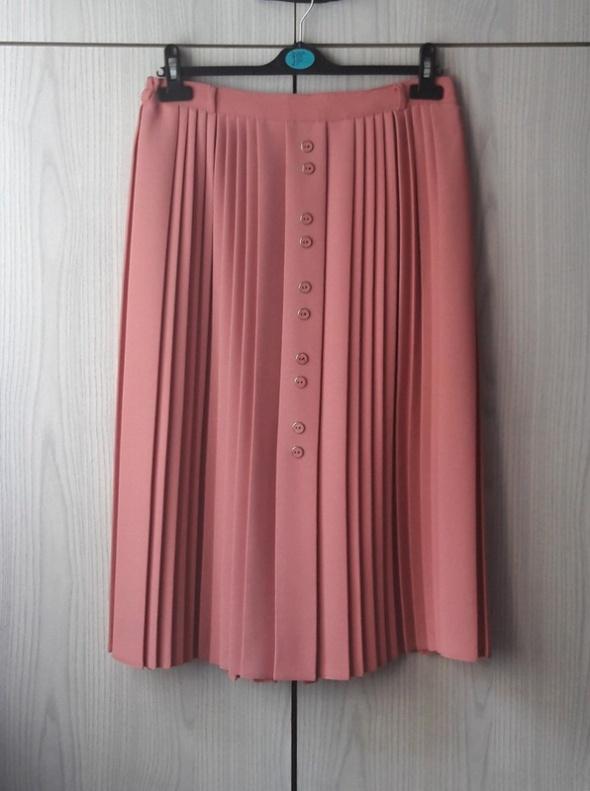 Pastelowa różowa elegancka plisowana spódnica z guzikami Bonmarche