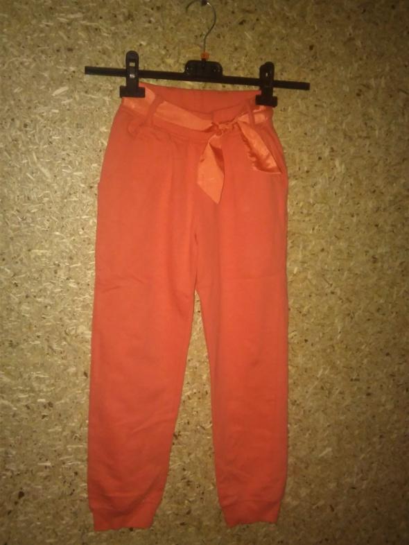 Pomarańczowe spodnie dresowe ze wstążką 122 cm