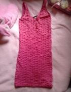 Prosta różowa dopasowana sukienka marszczona...