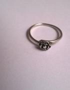 Stary pierścionek z różyczką