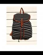 Czarny plecak w białe paski
