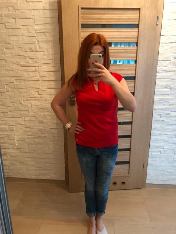 Czerwona bluzka z łańcuszkiem Mohito...
