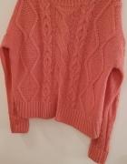 NEW LOOK S różowy sweter z warkoczem...