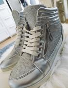 Srebrne błyszczące sneakersy