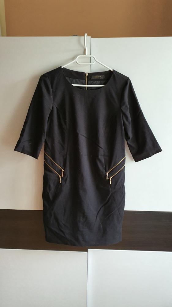 Elegancka czarna sukienka z zameczkami Reserved S