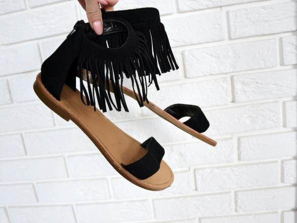 Czarne sandały w stylu boho z frędzelkami
