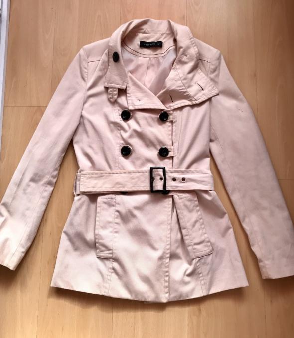 Pudrowy płaszcz Reserved...