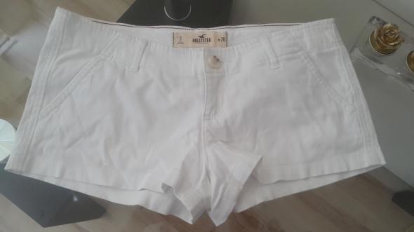 Białe szorty...