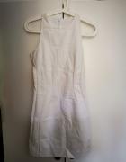Biała sukienka Stradivarius z efektownym wycięciem na plecach...