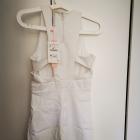 Biała sukienka Stradivarius z efektownym wycięciem na plecach