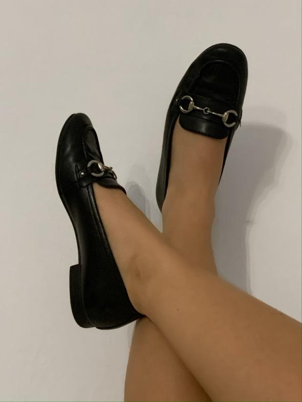 Używane buciki noszone długo pięknie pachną...