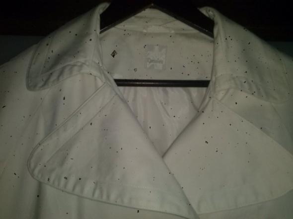 biały żakiet...