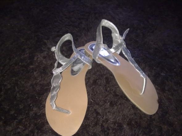 srebrne sandałki japonki