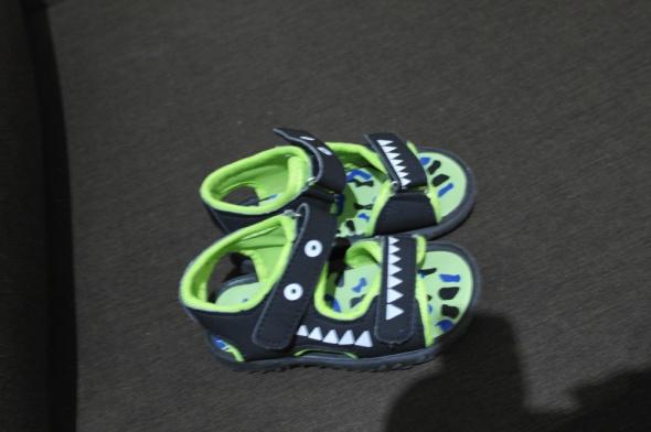 Sandałki z zębami plus drugie gratis 24