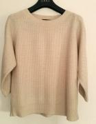 Bezowy sweterek ze zlota nitka i guzikami na plecach must have...