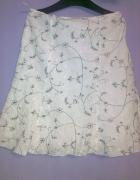 biała spódnica w czarne kwiatki...