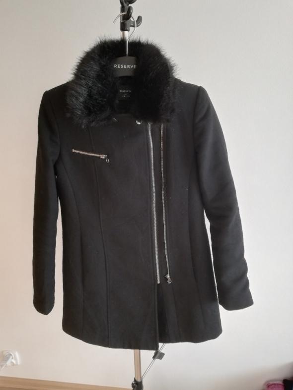 Czarny płaszcz Reserved...
