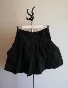 Czarna rozkloszowana spódnica z kieszeniami...