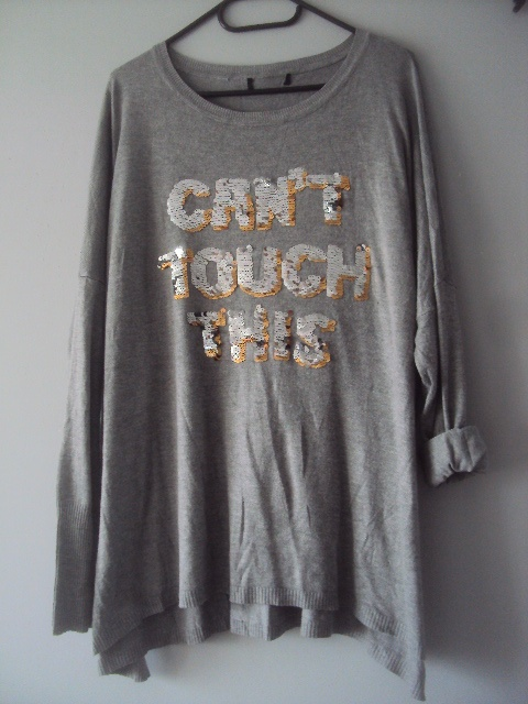 sweterek z cekinowym napisem