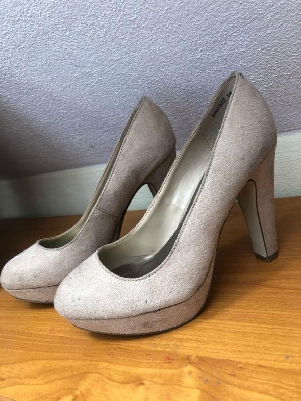 Beżowe buty na obcasie r 37 zamszowe