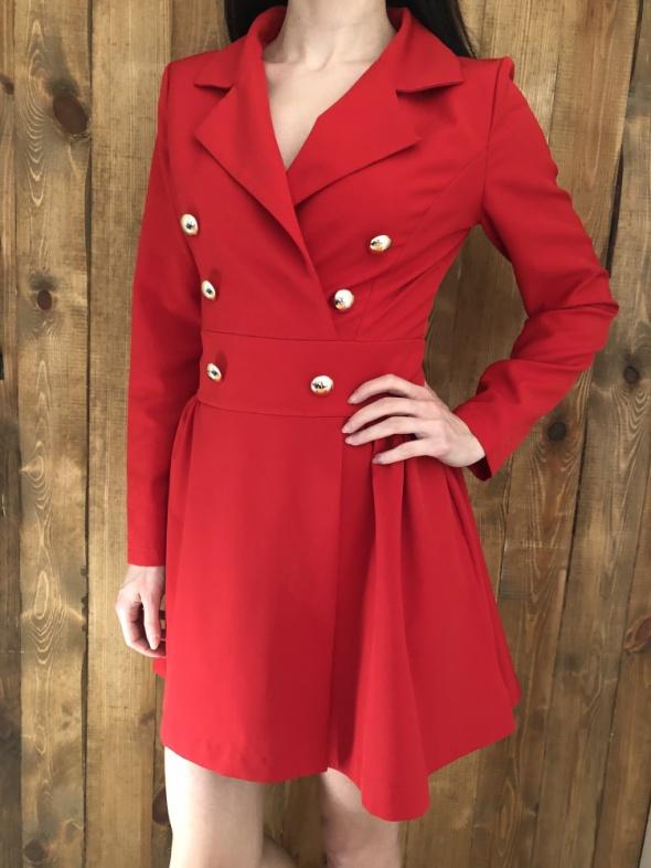 Czerwona garniturowa sukienka
