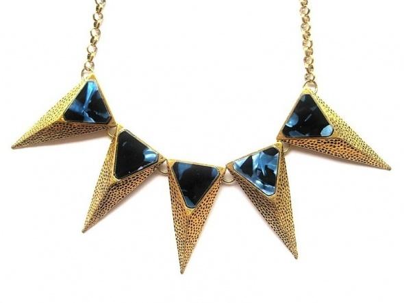 naszyjnik złoty trójkąty szare czarne kamienie