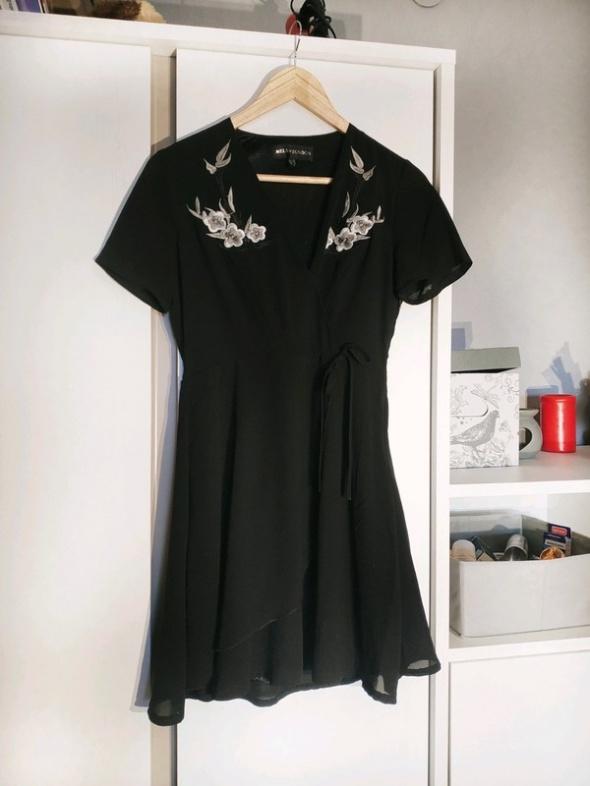 czarna zwiewna sukienka z motywem kwiatów i wiązaniem