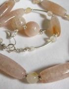Wytworny i eleganckikremowo białe agaty w srebrze...